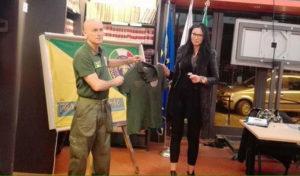 Tonia Romano mentre riceve la divisa del comandante della sezione operativa di San Giorgio a Cremano